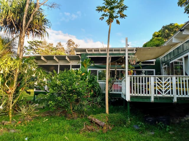 Monstera House 3+acres 1bedroom+loft and privacy