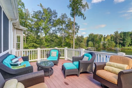 Lakefront home on 5 acres w/boathouse, kayaks & water trampoline