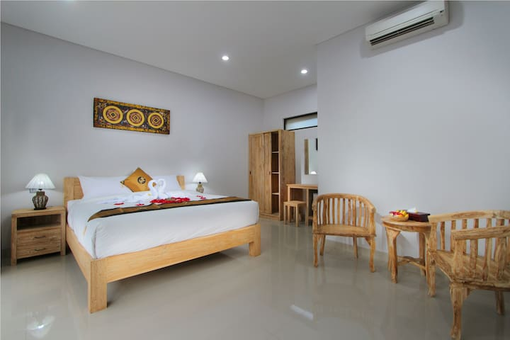 Cozy 8 BR Budget with Breakfast at Seminyak