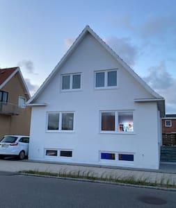 Lækkert og nyt hus tæt på Vesterhavet og centrum