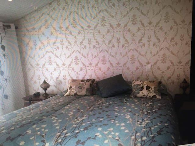 Quarto 01: Suíte com cama king, lareira e TV com canais OI tv (quarto 1). Contém um armário de duas portas, com cabides, e 04 prateleiras e abajur. Conta com aquecedor preso na parede e espelho inteiro.
