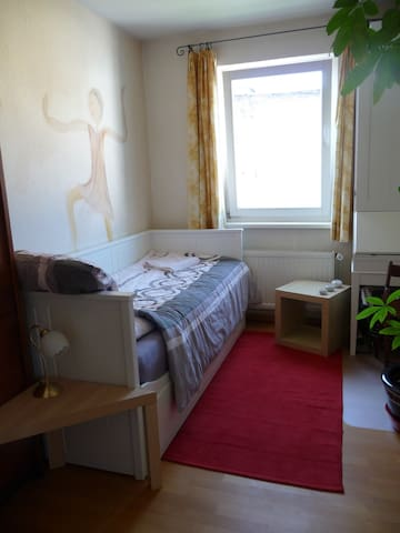 Comfy small room with yard view in Spandau