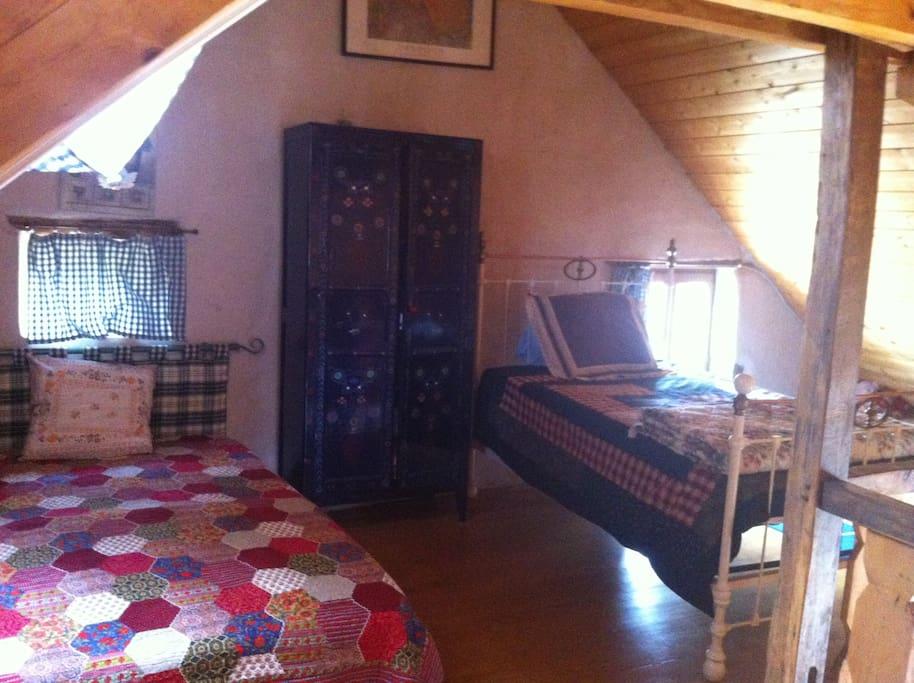 chambre mezzanine: 2 lits 2 places, une armoire et un coin jeux pour enfants