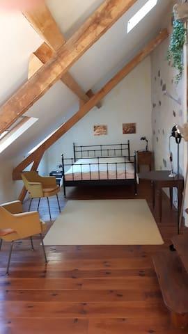 2e chambre à coucher: 1e étage; 2 p + 1 p bed; eigen uitgang naar buiten