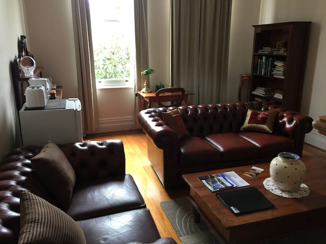 private bed/living/bath near city - East Launceston - Дом