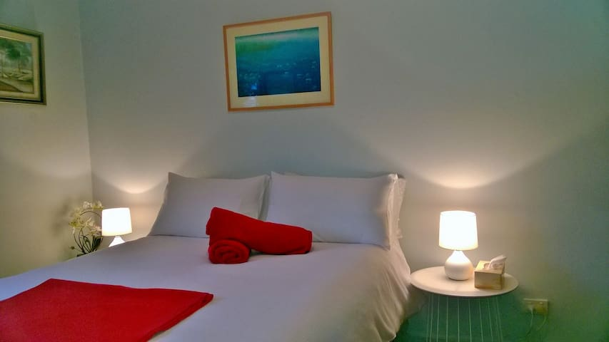 Safe, comfy, bnb with clean bathroom close 2 cbd - Sale - Hus