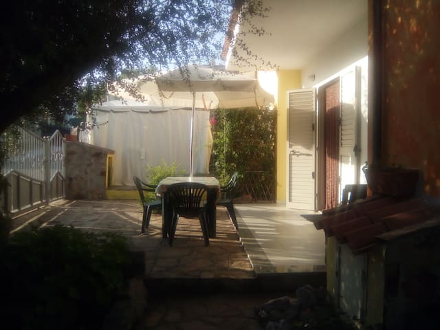 casa con due ingressi, giardino ben arredata. - Limpiddu - Hus
