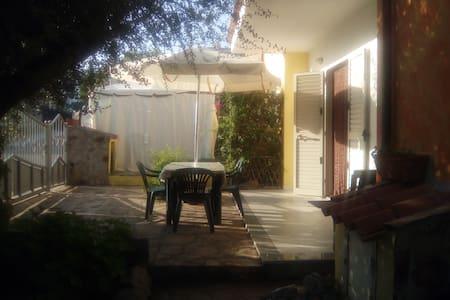 casa con due ingressi, giardino ben arredata. - Limpiddu - 一軒家