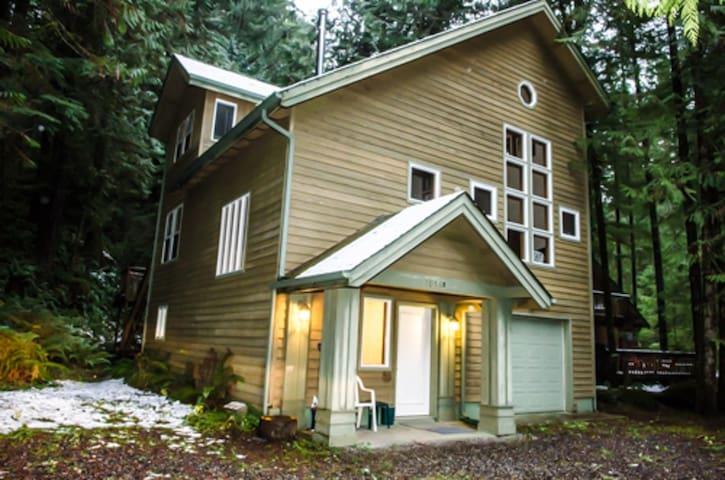 Snowline Cabin #51 - Executive style cabin that sleeps 8!