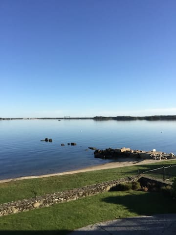OCEAN FRONT CENTURY OLD COLONIAL ON BUZZARDS BAY - Bourne - Bed & Breakfast