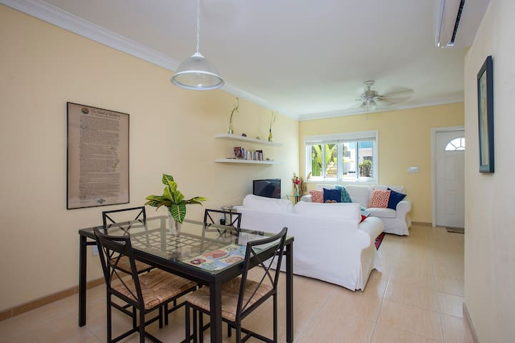 """Lily"" Suite! Spacious 2 Bedroom Apt! Near Beach!"