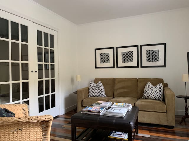 Cozy 2BR+Den Apt. With Free Parking & Metro Nearby