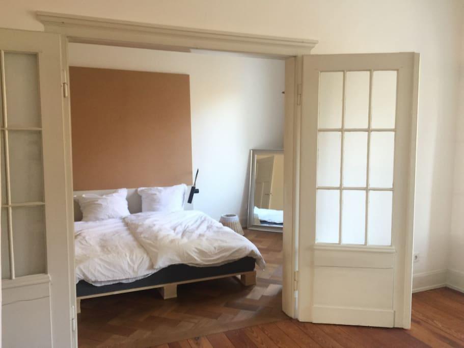 Blick vom Wohnzimmer ins Schlafzimmer