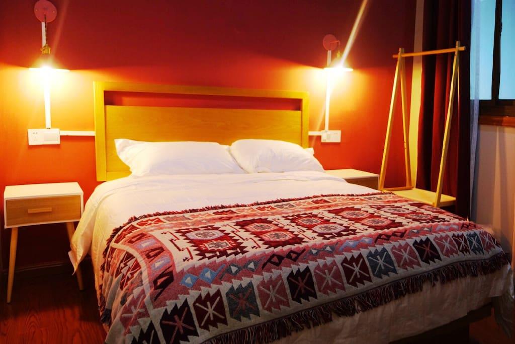 【卧室3、赤·大床】一张1.6米的大床,配有独立卫生间,有窗,有液晶电视机,有空调,床垫是星级酒店名品定制,床品一客一换,洗漱用品齐全;厨房、客厅、花园、棋牌室等您可尽情享用。与其他客房隔音好,私人空间充足。