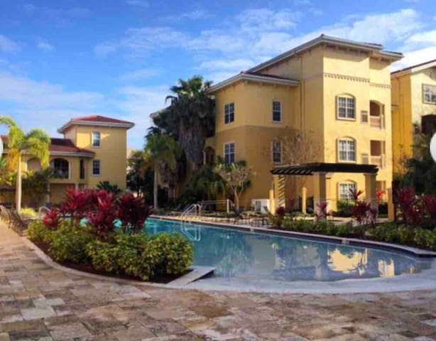 #Stayhere,Pool,Garage,Close to airport & Downtown
