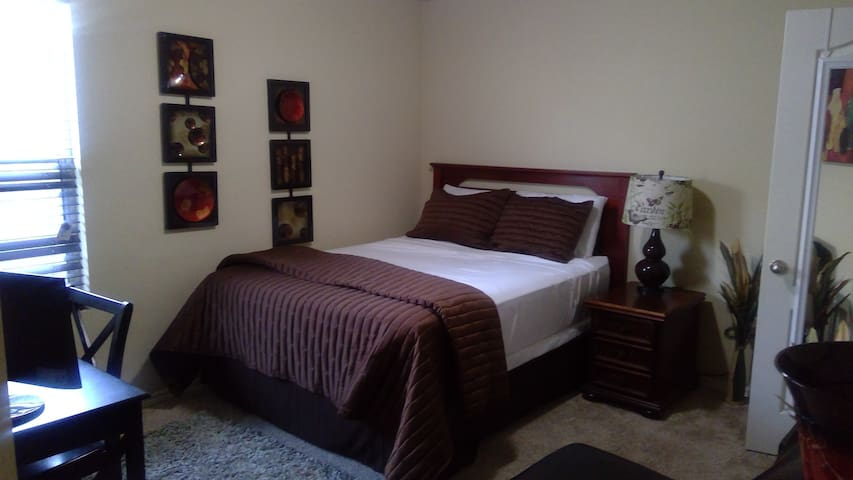 "Queen Bed/Fast Wifi/55"" 4K TV/ Min-Airport/Tulsa"