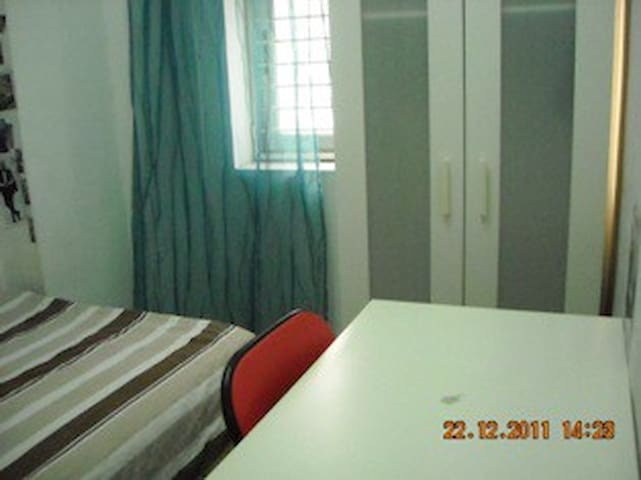 Central Room Available  2/walk up  (ML6a)