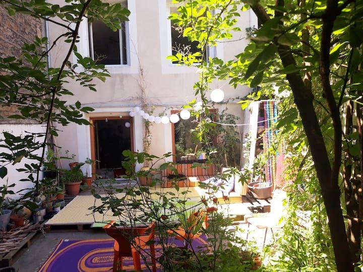Chambre double au  calme , fraicheur du jardin.