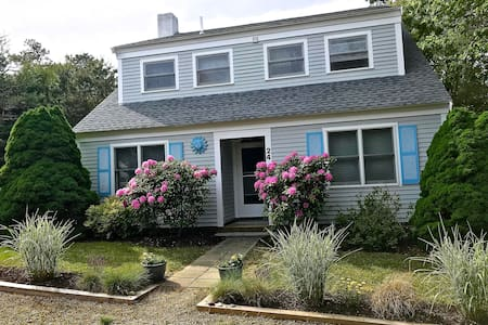 Walk to town, bright/cozy 3 bedrooms/ 6 guests