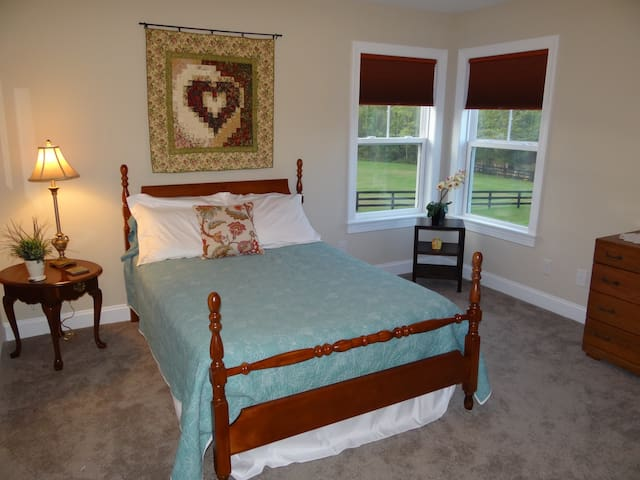 Mountain views. Peace and comfort. Full-size bed. - Crozet - Huis