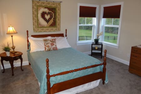 Mountain views. Peace and comfort. Full-size bed. - Crozet