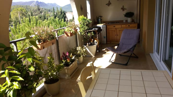 Appartement et grande terrasse vue collines