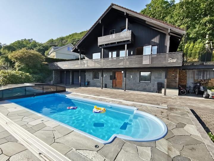 Stort hus med oppvarmet basseng og stor uteplass