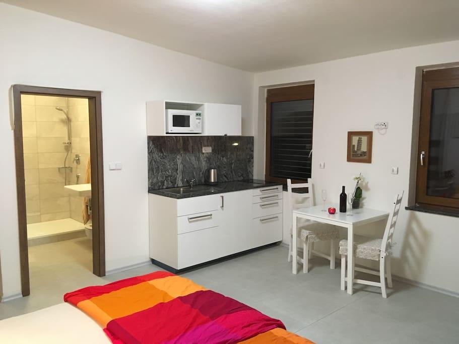 K ložnici se nachází plně vybavená kuchyně a koupelna