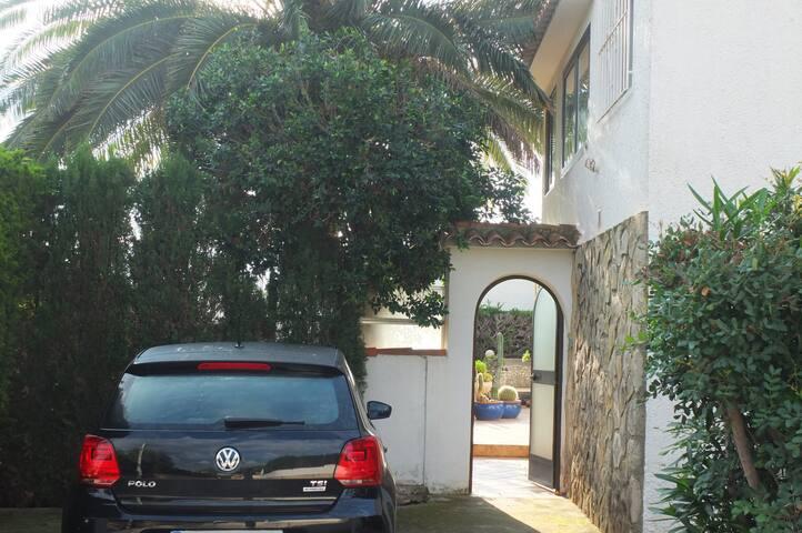 Eingangsbereich mit Parkplatz