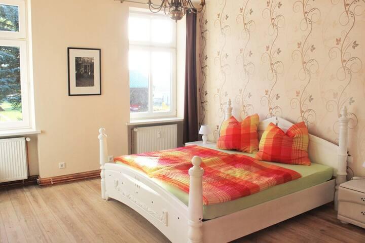 Schlafzimmer mit großem Doppelbett 180 x 200 cm