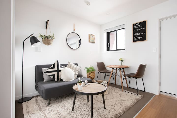 BRAND NEW! Cosy BOHO Queen St Apt in the Central
