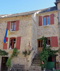 Two Upstairs bedrooms in house. - Sainte-Eulalie-d'Olt - 家庭式旅館