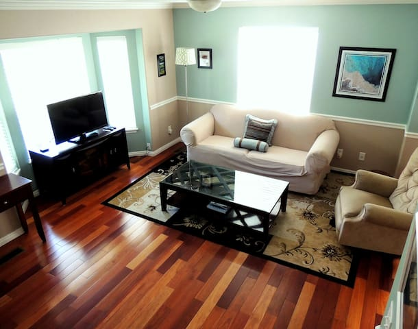 Beautiful 3 bedroom Townhouse with Fiber Internet