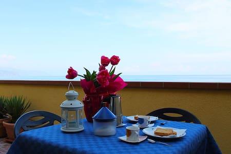 Delizioso appartamento sul mare. - Marchesana - Apartment