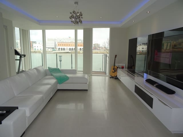 River Liffey View Room w/ Spa in Private Bathroom - Ringsend - Apartment