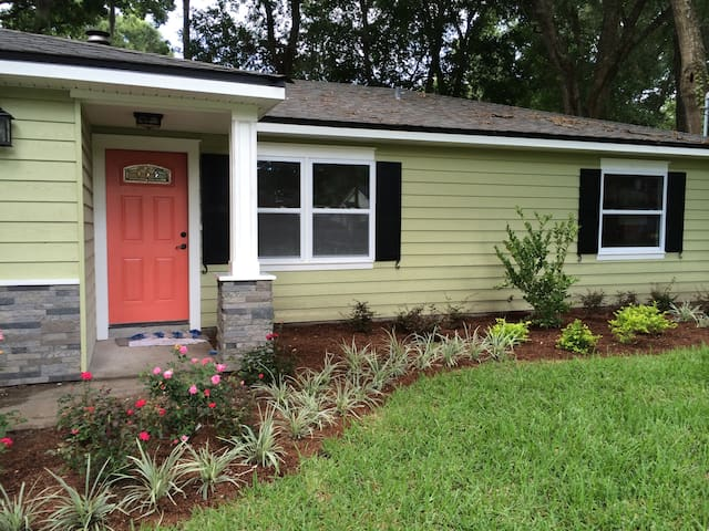 PARADISE COVE CENTRALLY LOCATED TO DOWNTOWN & BEAC