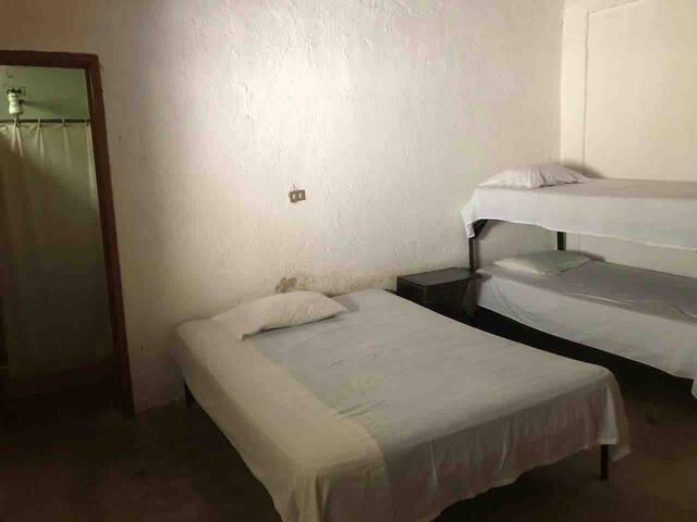 Dormitorio de 1 cama King y 1 litera tamaño imperial