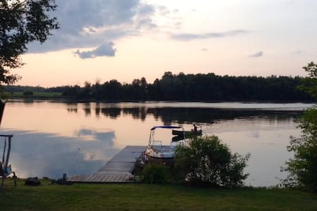 Cozy Waterfront Hide Away - Kemptville - 小屋