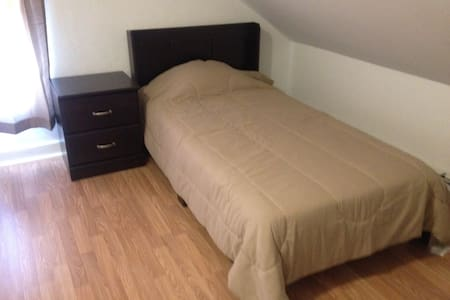 3rd flr private single size bedroom off Wickenden - Providence - Appartement