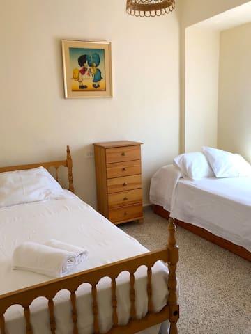 Habitación 2 con tres camas individuales (una cama nido)
