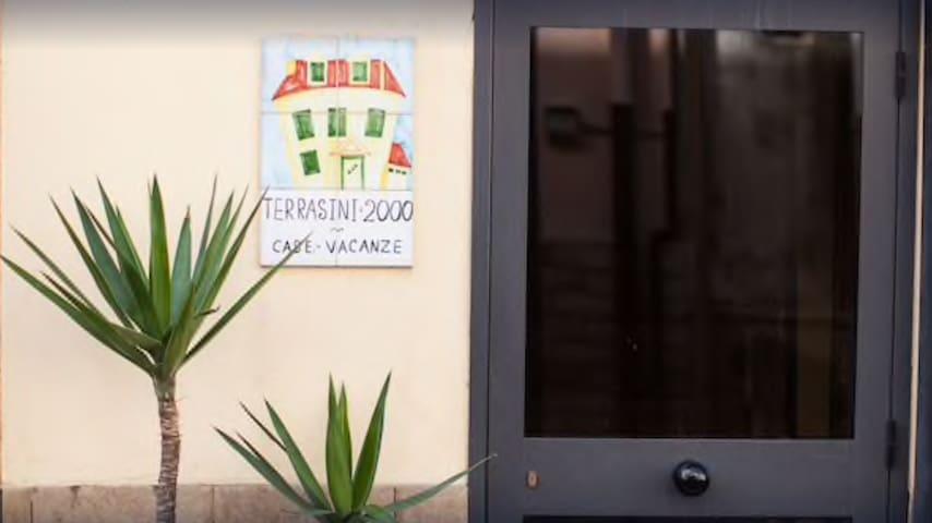 """L'Oliva"" Casa vacanze Terrasini 2000"