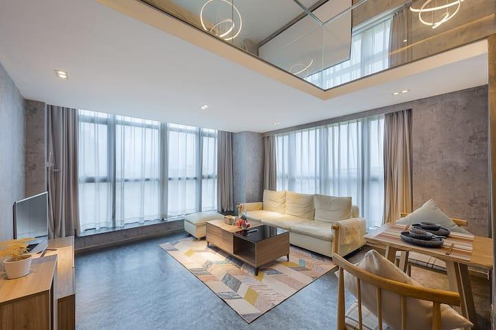 近鲁迅故里Loft复式工业风全景落地窗巨幕投影双人水床房