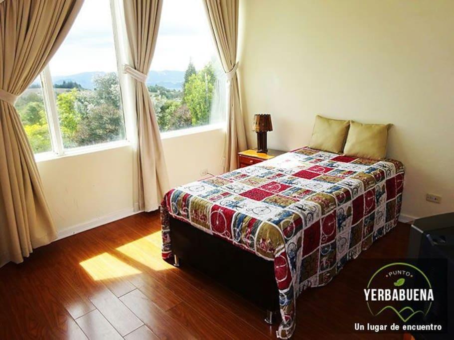 Esta habitacion da hacia el exterior con todo el sol de tarde, puede ser cama individual para 1 huesped o 2 camas