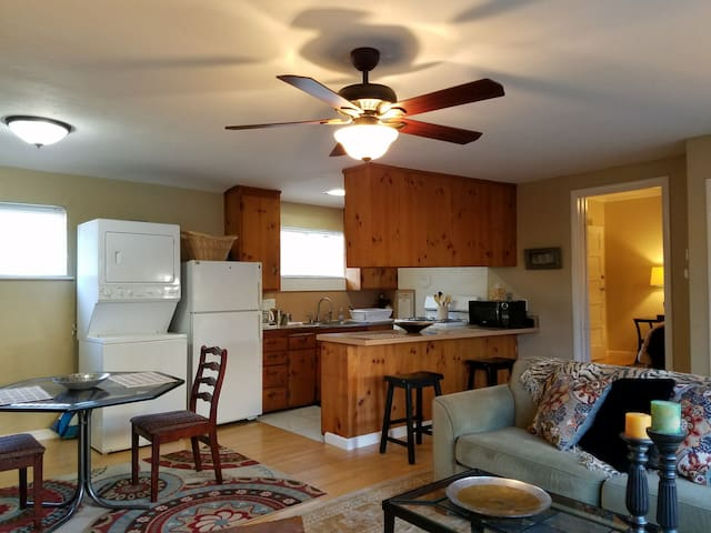 Private Cottage: Traveling Professionals! W/D too!