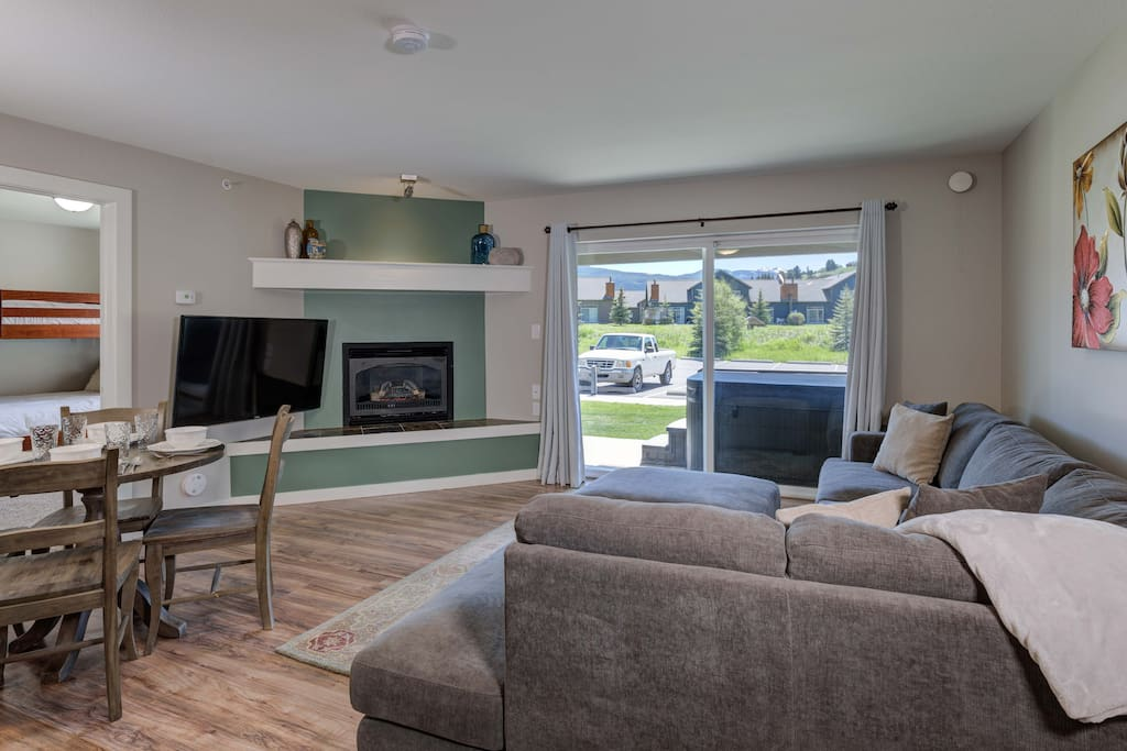 Main living space, 50in Flat screen, gas fireplace