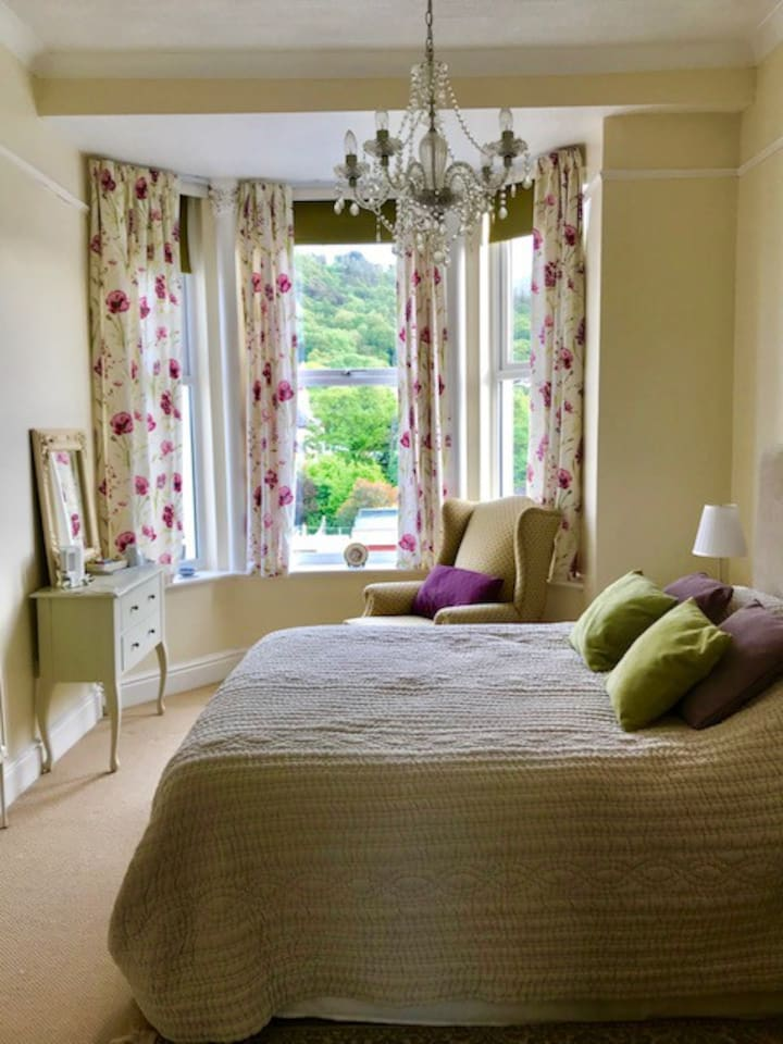 Bright sunny room with views towards Albert Tower and North Barrule. Kingsize bed and access to dressing room and en-suite shower room. Can accommodate family of up to 4 with additional beds in dressing room area.