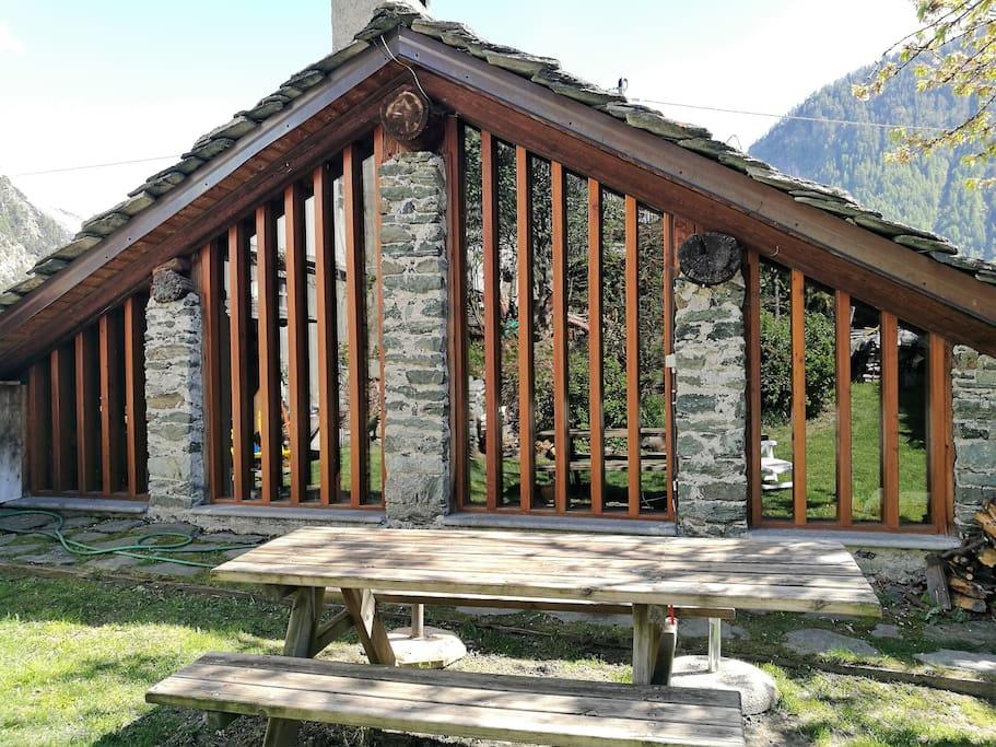 Prospetto Casa con tavolo esterno