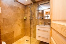 The shower room for the twin