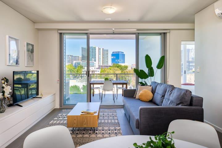 Spacious Apartment! Enjoy River Walks & Shops!