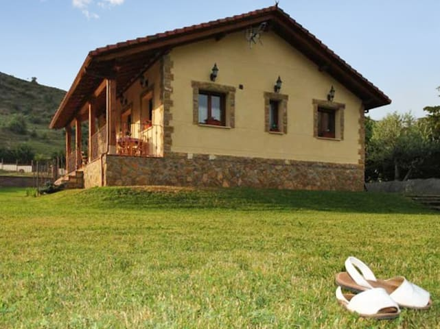 Rustic house w/ furnished terrace - Villamanín